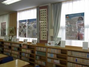 図書室の窓にパネルを設置